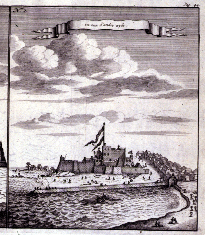 """""""And on the other side"""" (caption translation). This image illustrates Elmina castle in the Voltaic region. The view from the sea shows an African village to left and right. Bosman was an official of the Dutch West India Company and chief factor at Elmina. See also Christopher DeCorse, An Archaeology of Elmina: Africans and Europeans on the Gold Coast, 1400-1900 (Smithsonian Institution Press, 2001). Refer also to image D020."""
